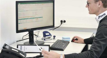 Einkäufer der Firma bock machining gmbh in Alzenau bei seiner Bürotätigkeit am PC